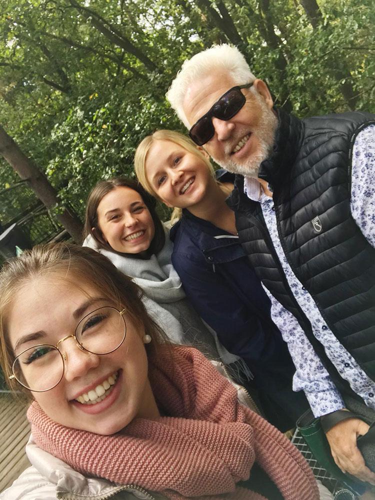 Rüdiger Probst mit drei Auszubildenden auf dem Azubi-Tag