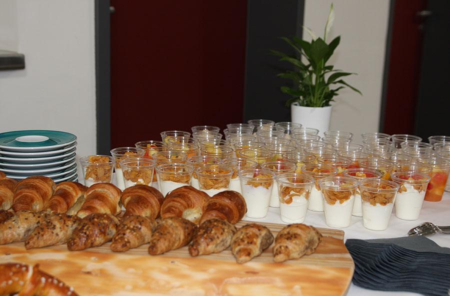 Croissants und Gläser mit Joghurt und Früchten