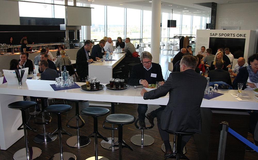 Im Aufenthaltsraum trinken und essen die Teilnehmer in der PCC-Pause