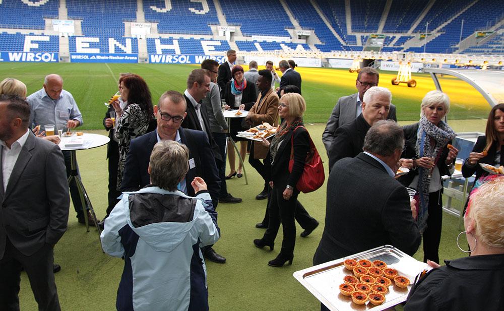 Menschen machen Pause im Stadion und essen