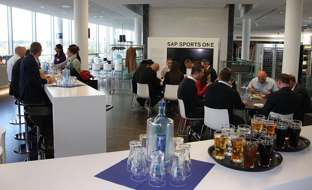 In der Pausenzeit essen die Teilnehmer zusammen