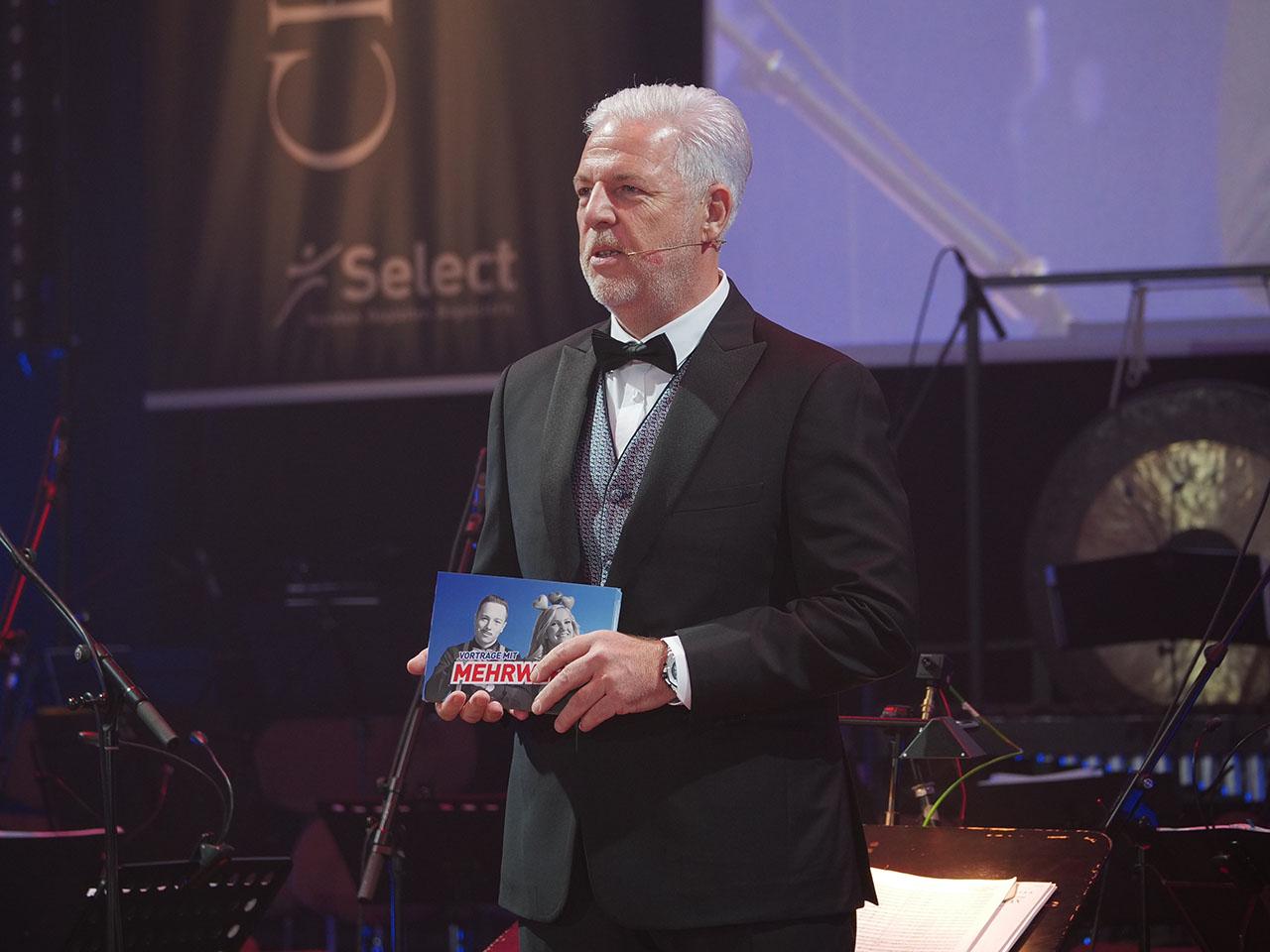 Rüdiger Probst hält Ansprache auf Charity Gala