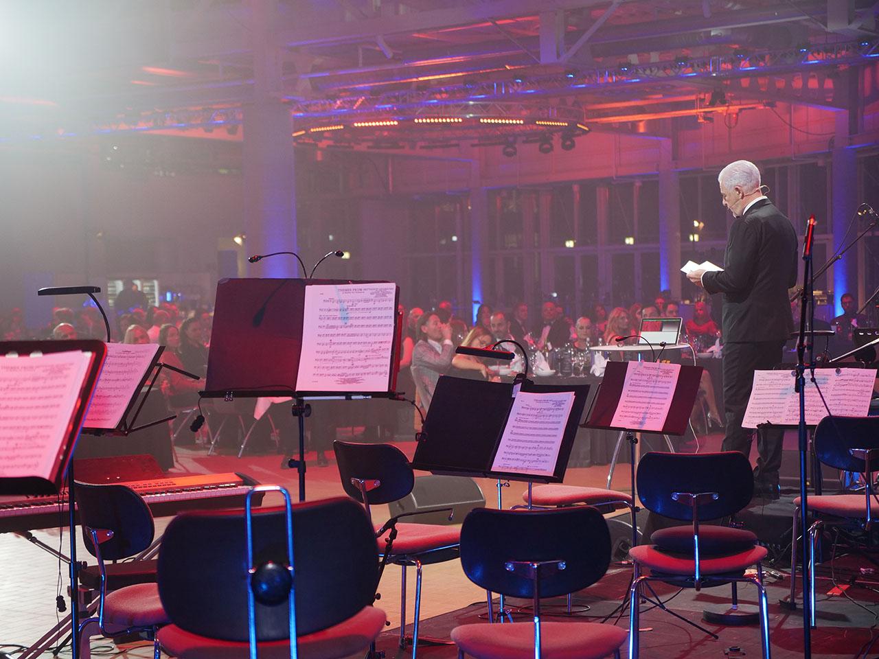 Rüdiger Probst hält auf der Bühne eine Rede