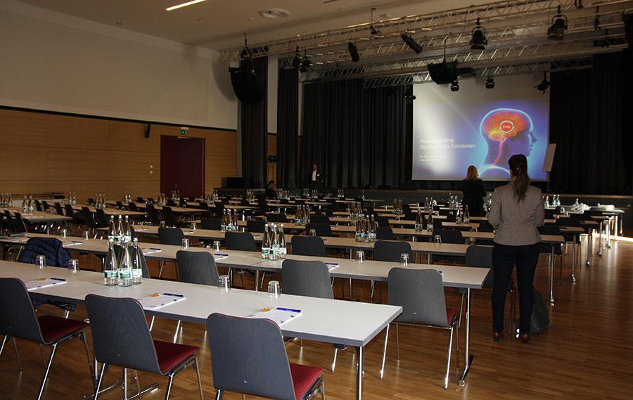 Leerer Vortragsraum und Probe der Präsentationen