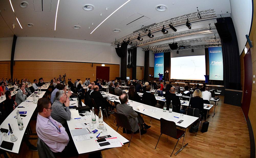 Zuschauer sitzen in einem großen Saal