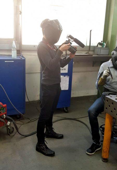 Thomas beim Filmen mit Schweißer-Maske
