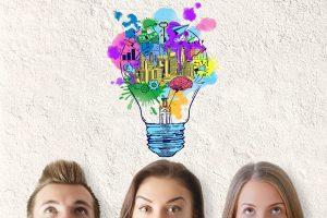 Bunte Glühlampe über drei Köpfe steht für Employer Value Proposition