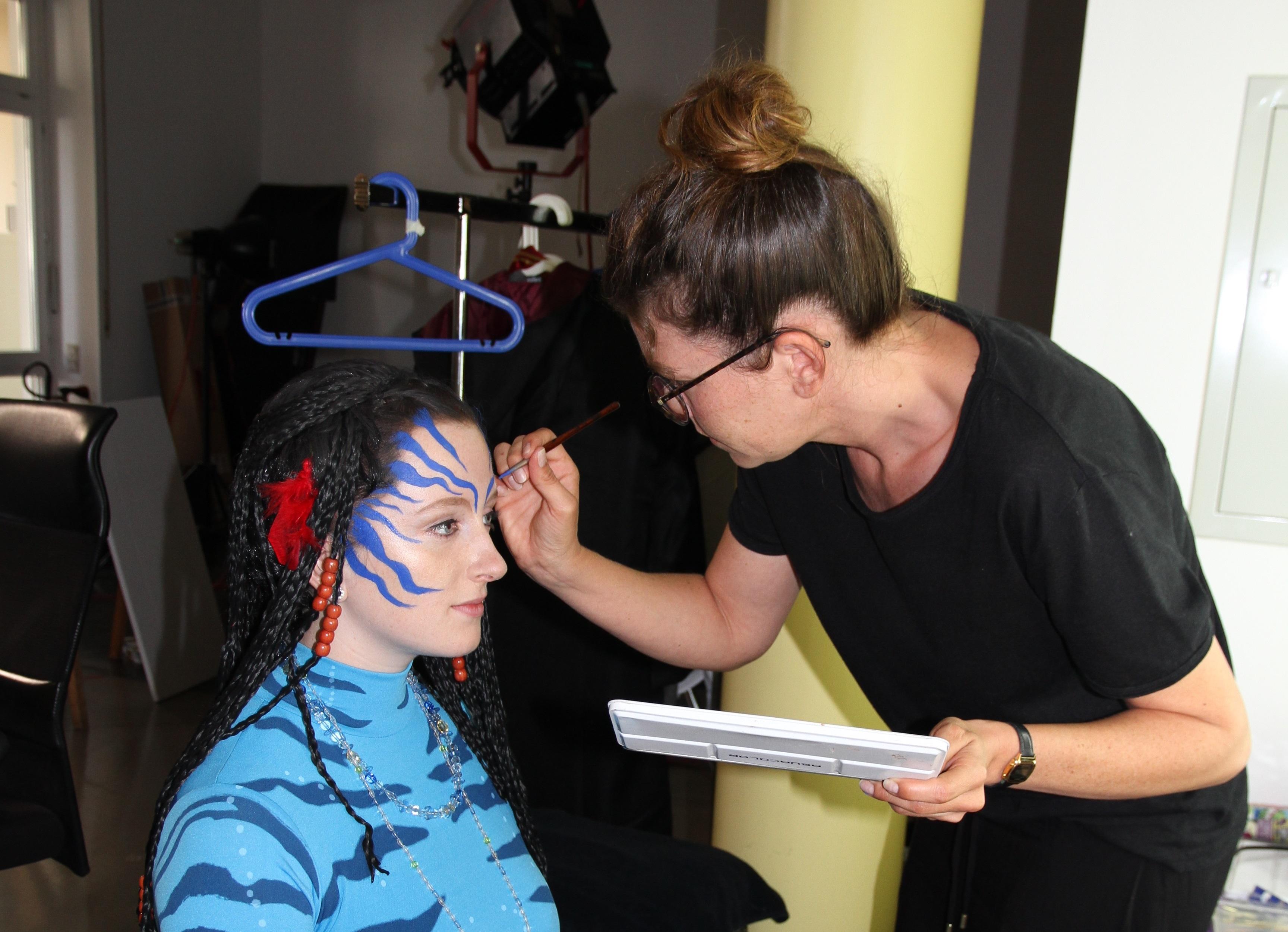 Junge Frau wird für die SAM Kampagnenmotve als Neytiri geschminkt