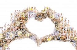 Herz mit den einer Hand und vielen einzelnen Bildern dargestellt