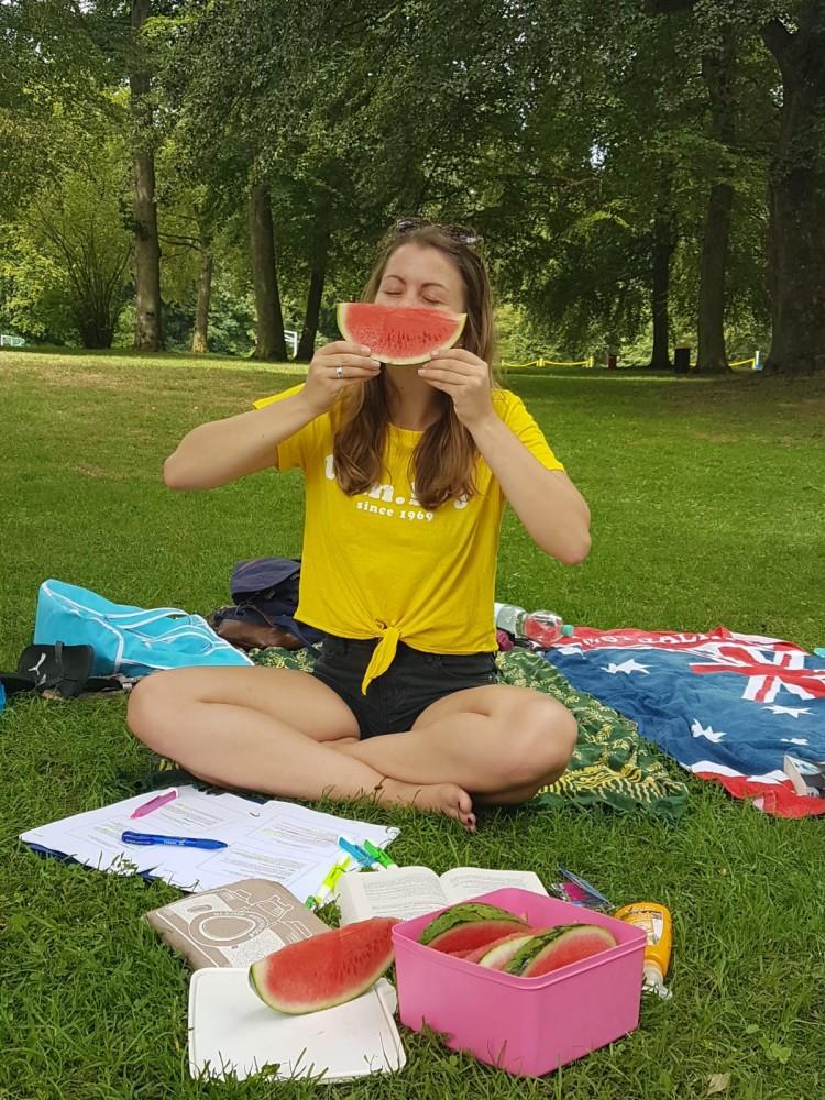 Lea mit Melone beim Lernen