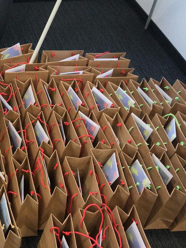 Select bereitet geschenke für Mitarbeiter vor