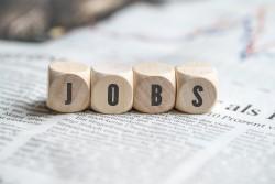Vier Holzwürfel auf den jeweils ein Buchstabe steht und das Wort Jobs darstellt.