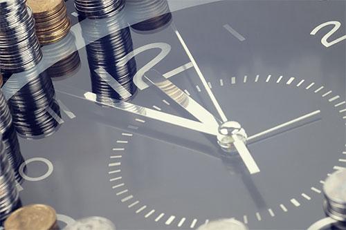 Uhr zeigt kurz vor 12 Uhr an