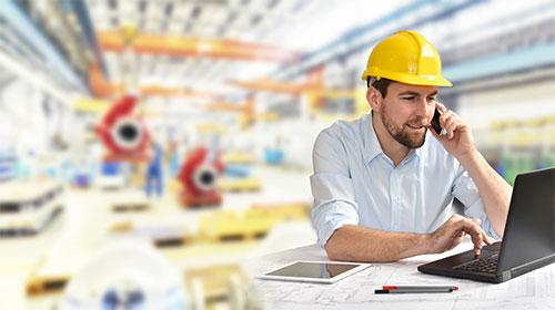 Industriemechaniker in der Fabrik am Handy