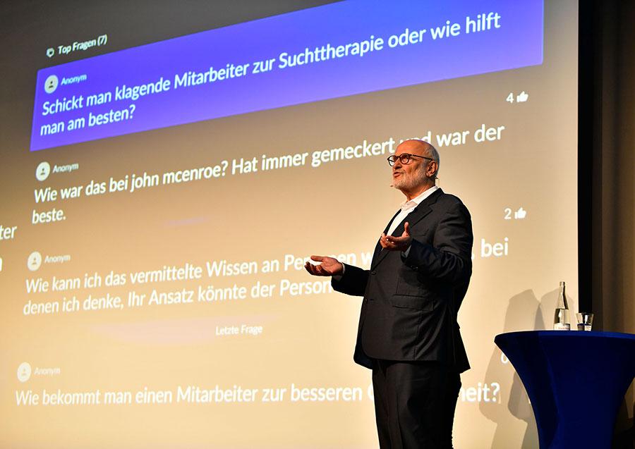 Diplompsychologe Jens Corssen auf der PCC-Bühne