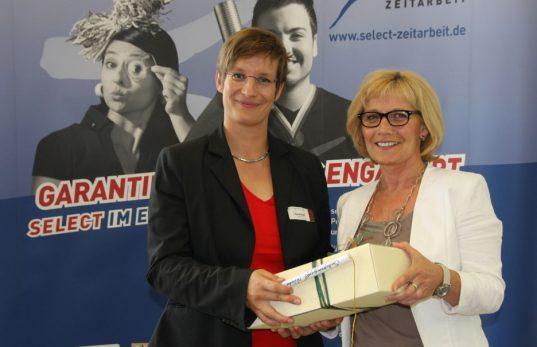 Elke Albers überreicht ein Geschenk an Eva Ullmann