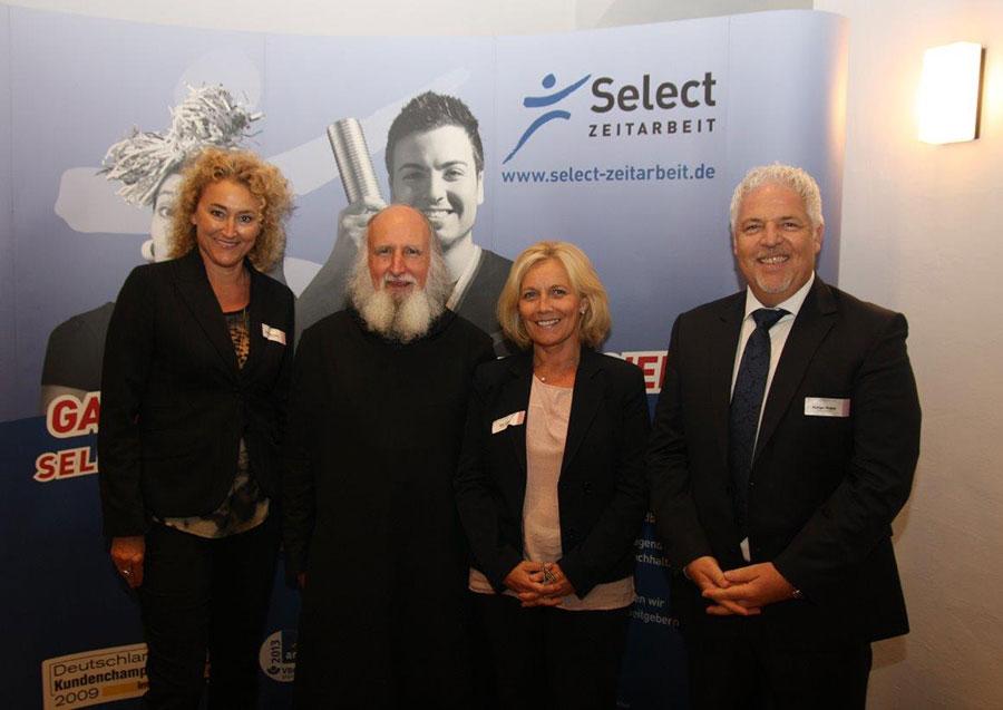 Heidi Habermann, Patern Anselm, Rüdiger Probst vor einer PCC-Leinwand