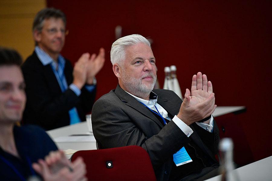 Rüdiger Probst applaudiert nach einem PCC-Vortrag