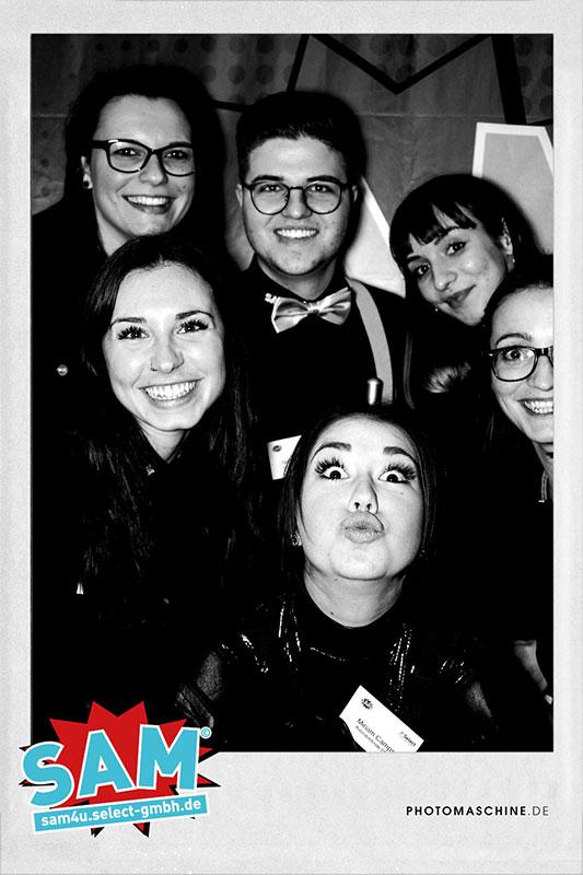 Sechs Mitarbeiter von Select posieren in der SAM-Fotobox für ein Bild