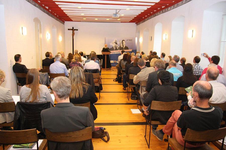 Zuschauer lauschen dem Vortrag von Anselm Grün