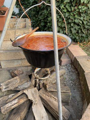 Gulasch-Suppe in einem großen Kessel