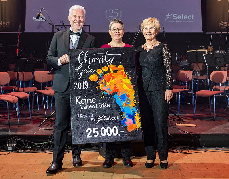 Spendenübergabe an Keine kalten Füße auf der Select Charity Gala