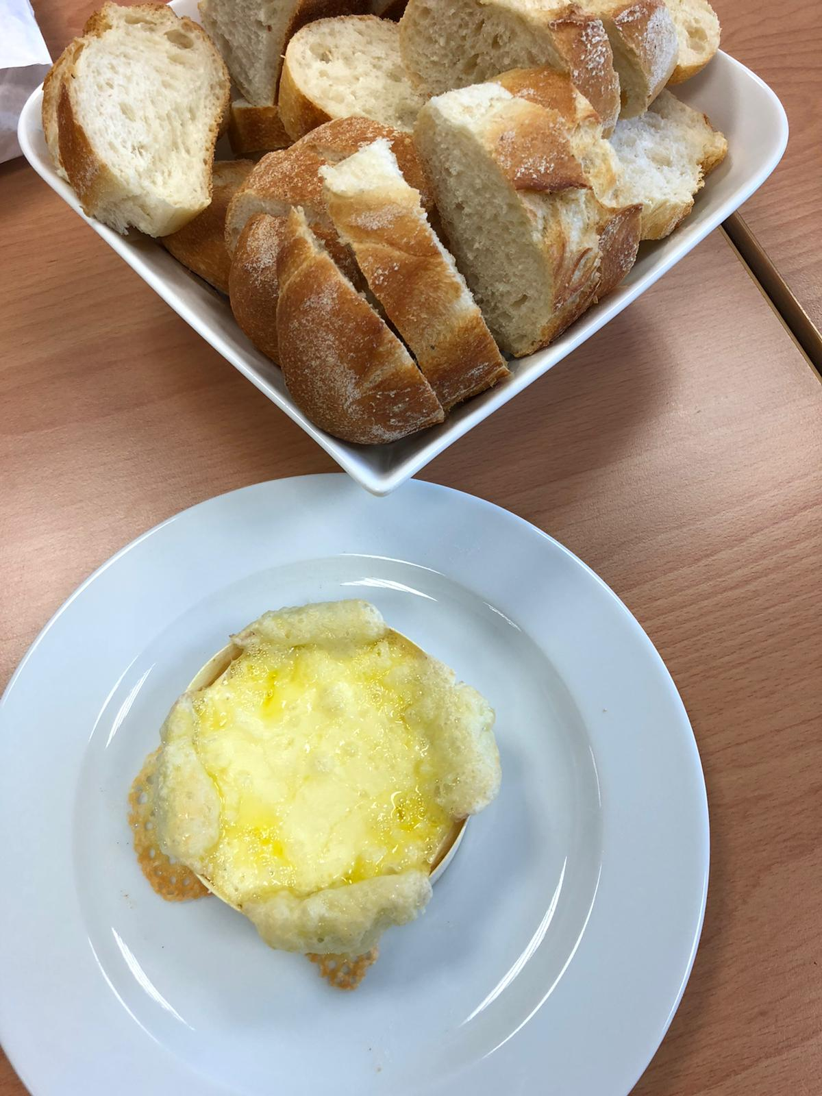 Ofenkäse mit Baguette