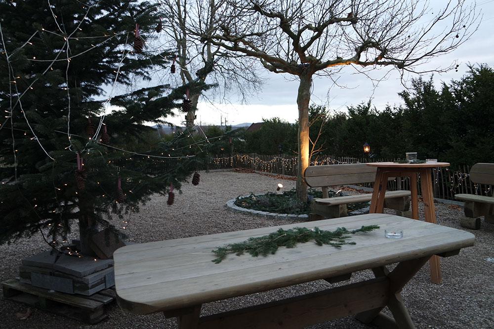 Lichter-Deko Holztisch und Bäume