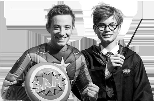 Zwei junge Auszubildende stellen als Superhelden den Beruf Elektroniker dar