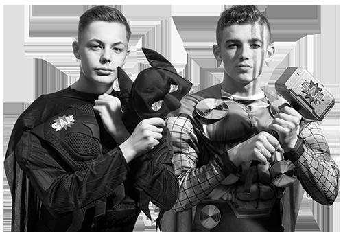 Zwei Auszubildende im Bereich Technik als Superhelden dargestellt