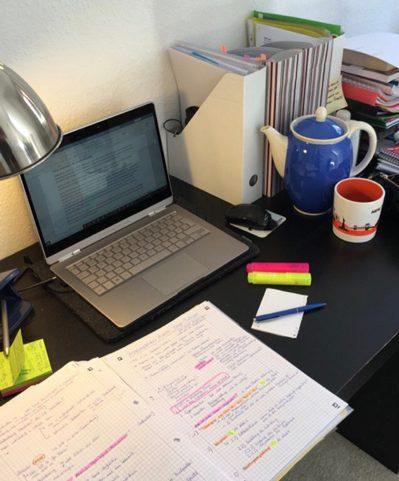 Der Schreibtisch der Studierenden Selina beim lernen.