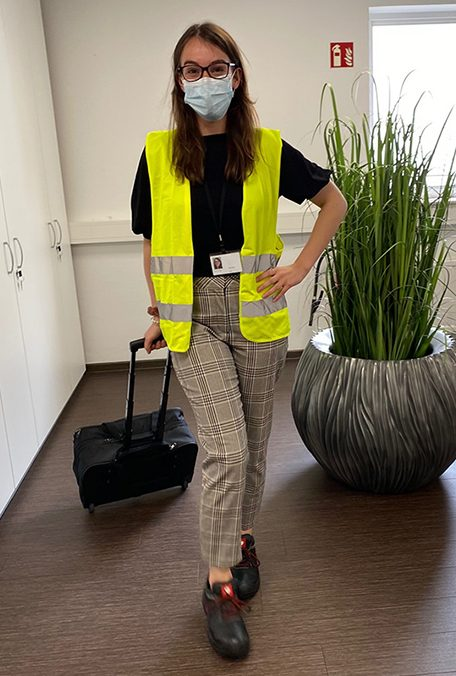 Selina in ihrem Onsite Mangager Outfit