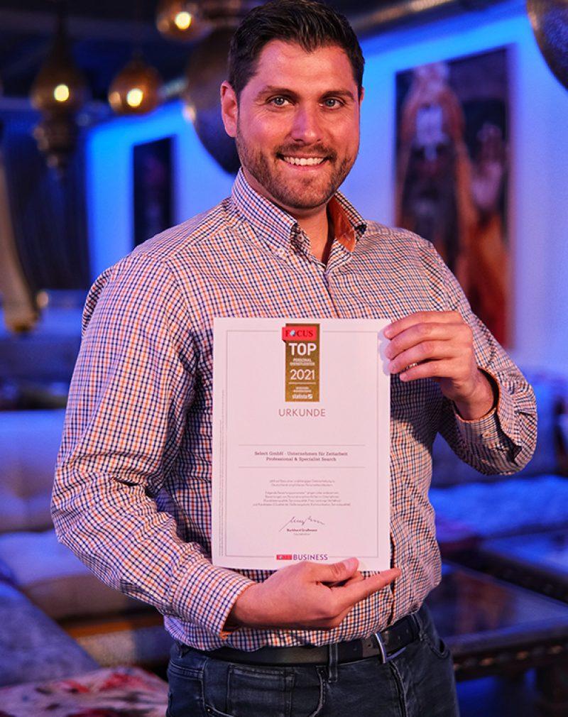 Christoph Bangas mit der Auszeichnung Top-Personaldienstleister